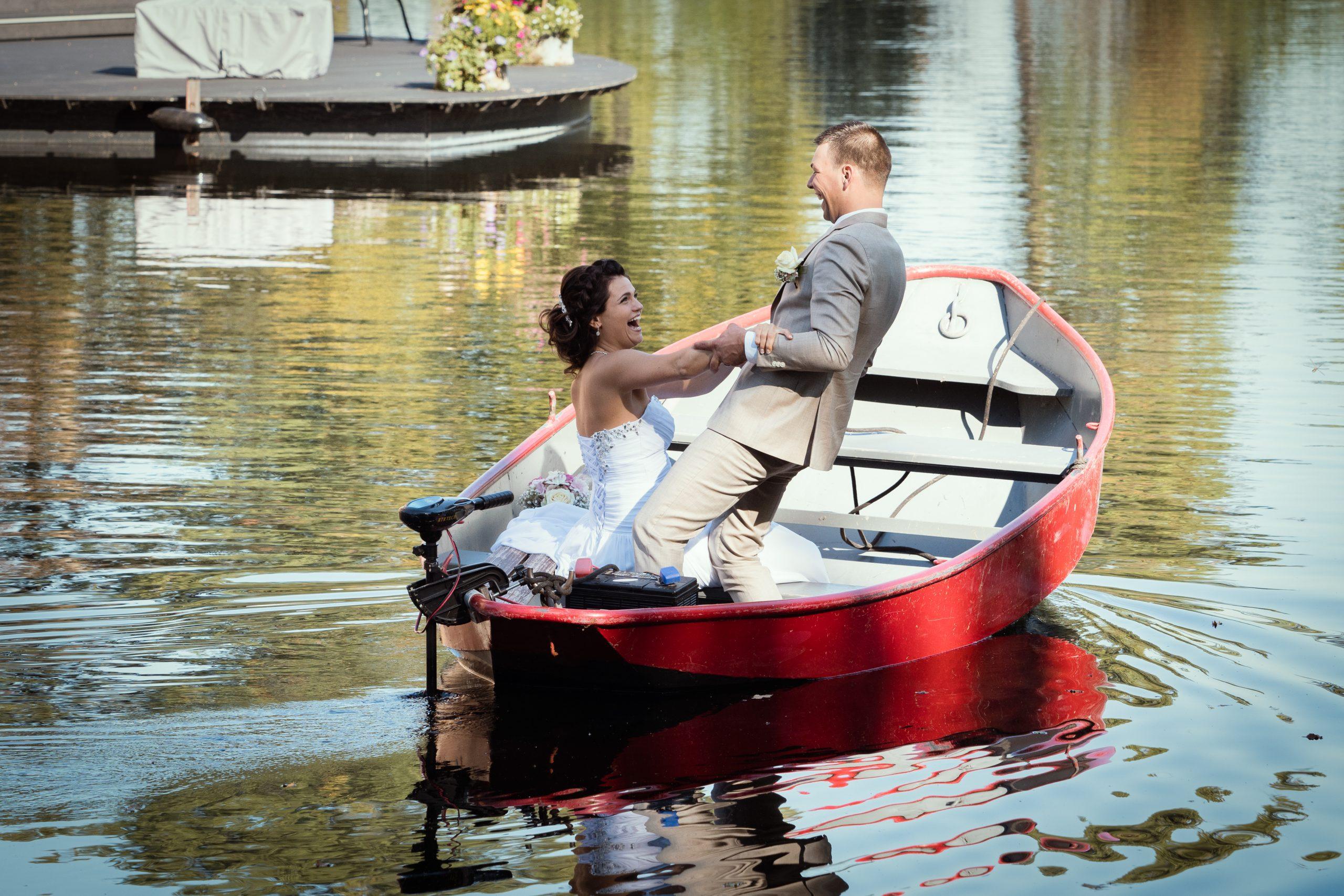Varen met een bootje op de gracht van Kasteel Biljoen in Velp