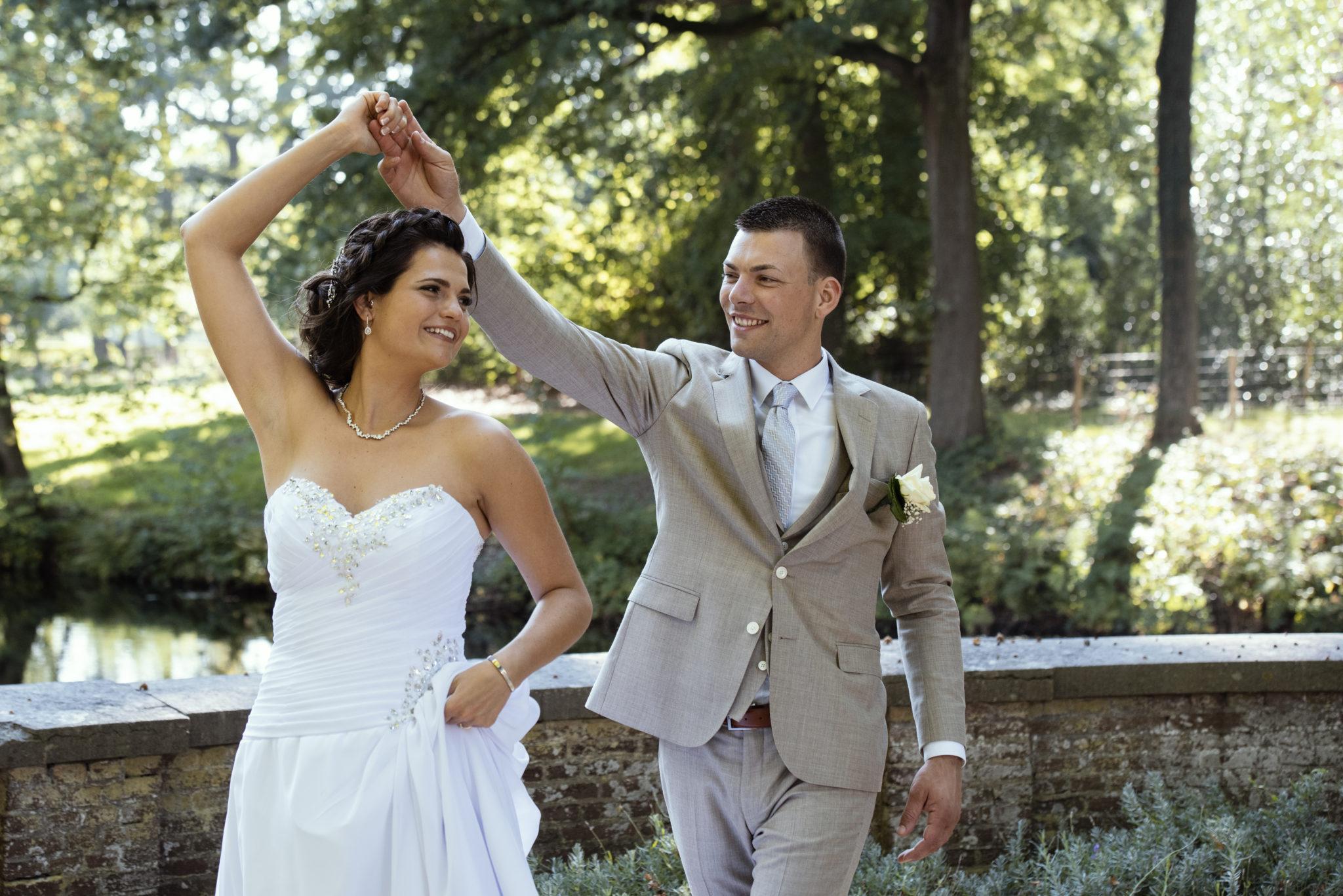 Dansend bruidspaar bij Kasteel Biljoen in Velp